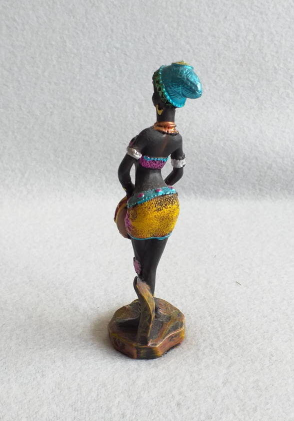 Figurine femme africaine et son tambourin