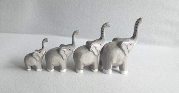 Série de quatre statuettes d'éléphants en bois