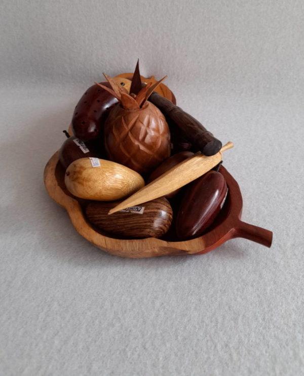 Corbeille de fruits exotiques en bois sculpté