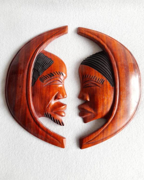 Visages africains en demi-lune sculptés en bois de padouk