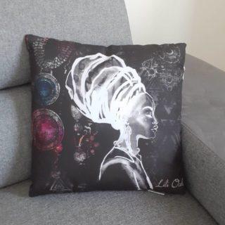 Coussin ethnique en tissu avec femme et motifs africains